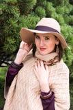 相当白色的少妇编织了夹克和帽子 免版税库存照片