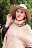 相当白色的少妇编织了夹克和帽子 库存图片