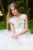相当白色礼服的白肤金发的妇女 库存照片