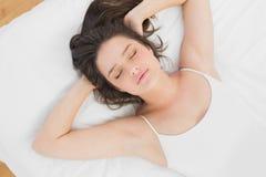 相当睡觉在床上的少妇 免版税库存照片