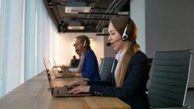 相当确信的电话中心女性顾问有与顾客的成交 股票视频