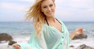 相当穿轻的薄荷的海滩装的白肤金发的妇女 股票视频