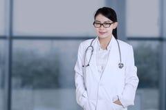 相当站立在医院的医护人员 免版税库存照片