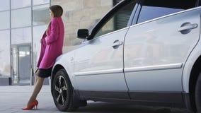 相当站立近的汽车和等待男朋友,寂寞的哀伤的女性 影视素材