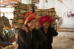 相当缅甸妇女运载的捆绑木头 免版税库存照片