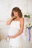 相当美好的内部的孕妇 免版税库存图片
