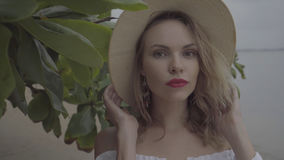 相当自然看妇女在与草帽的夏日 库存照片