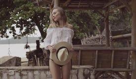 相当自然看妇女在与草帽的夏日 免版税库存图片