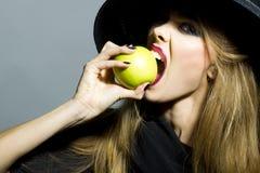相当苹果女孩年轻人 免版税库存照片