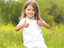 相当获得的小女孩乐趣 免版税库存图片