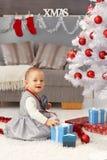 相当获得的小女孩圣诞节乐趣 图库摄影