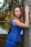 相当蓝色礼服的少妇 库存照片