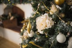相当装饰的圣诞树特写镜头 背景为假日 库存照片