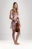 相当赤足有小提琴的少妇 库存图片