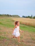 逗人喜爱的女孩赛跑 免版税库存照片