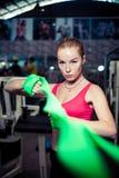 相当运动女孩在健身中心时使用绿色舒展带,当行使 免版税图库摄影