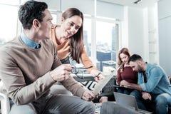 相当逗人喜爱的妇女身分和设法帮助她的同事 免版税图库摄影