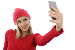 相当采取在手机的白肤金发的妇女selfie 免版税库存照片