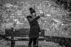 相当雪的,与电话的作为selfie青少年的女孩,黑白 库存图片