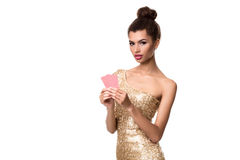 相当非洲女孩在赌博娱乐场啤牌和胜利显示两张卡片 免版税库存图片