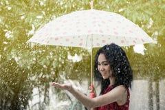 相当年轻亚洲女孩和伞 库存图片
