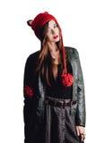 相当戴在白色背景的少妇一个手工编织的红色帽子 查出 美丽的女孩与耳朵挡水板 图库摄影