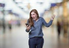 相当年轻女商人谈话与在迷离bac的MOBIL电话 免版税库存图片