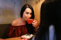 相当年轻女性妇女拿着手中杯子并且喝ag咖啡 免版税库存照片