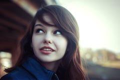 相当年轻微笑妇女室外明亮的画象 免版税库存图片