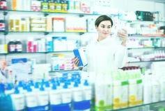 相当寻找产品的女性顾客 免版税库存照片