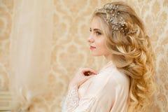 相当年轻新娘` s婚礼早晨 免版税库存照片