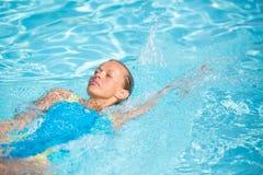 相当水池的女性游泳者 库存照片