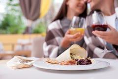 相当年轻爱恋的夫妇在餐馆约会 免版税库存照片