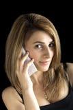 相当年轻白肤金发的女孩讲话由手机 库存图片