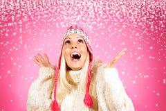 相当年轻轻的头发女性模型,穿戴在冬天衣物 免版税库存图片