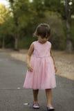相当3 1/2站立在草的岁亚洲白种人女孩 免版税库存图片