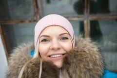 相当画象的白肤金发的妇女selfie关闭在冬天城市公园 室外冬天生活方式概念 有广告的美丽的微笑的女孩 库存照片