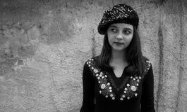 相当贝雷帽黑&白色画象的青少年的女孩 免版税库存照片