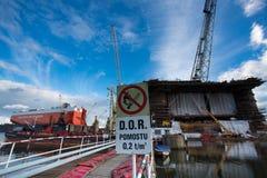 相接在格但斯克造船厂的抽油装置建设中 免版税库存照片