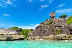 相邻andaman天蓝色的海滩褐色峭壁最细致的极大的海岛铺沙海运similan泰国对异常的水白色 蓝色海运 免版税库存照片