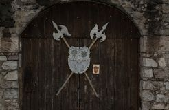盾、长矛和一些历史胳膊 免版税库存照片