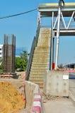 盾的建筑看起来被混乱的方式横跨桥梁 图库摄影