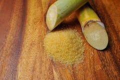 眉头糖和甘蔗在木背景 免版税库存图片