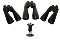 看一个人的双筒望远镜观看或暗中侦察 免版税库存照片