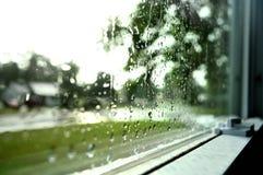 看一个多雨窗口 免版税库存图片