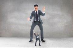 看一个大笔生意人的害怕的小企业人 免版税库存照片