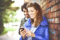 看一个手机的夫妇 库存图片
