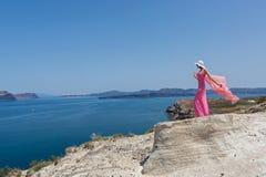 看一个美好的海视图的少妇 希腊santorini 免版税库存照片