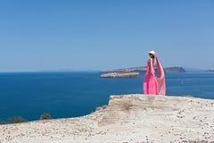 看一个美好的海视图的少妇 希腊santorini 免版税库存图片