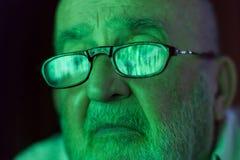 看一个被乱砍的屏幕的老人 图库摄影